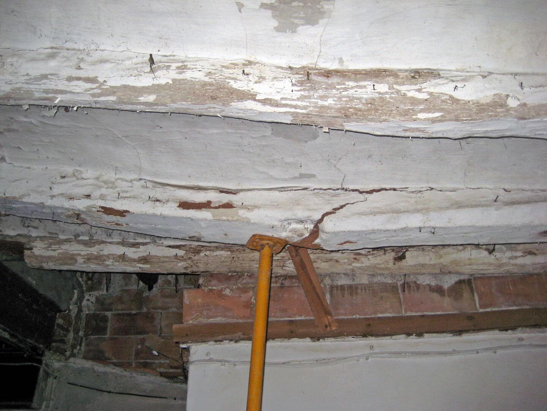 Vigas de madera con carcoma o termitas